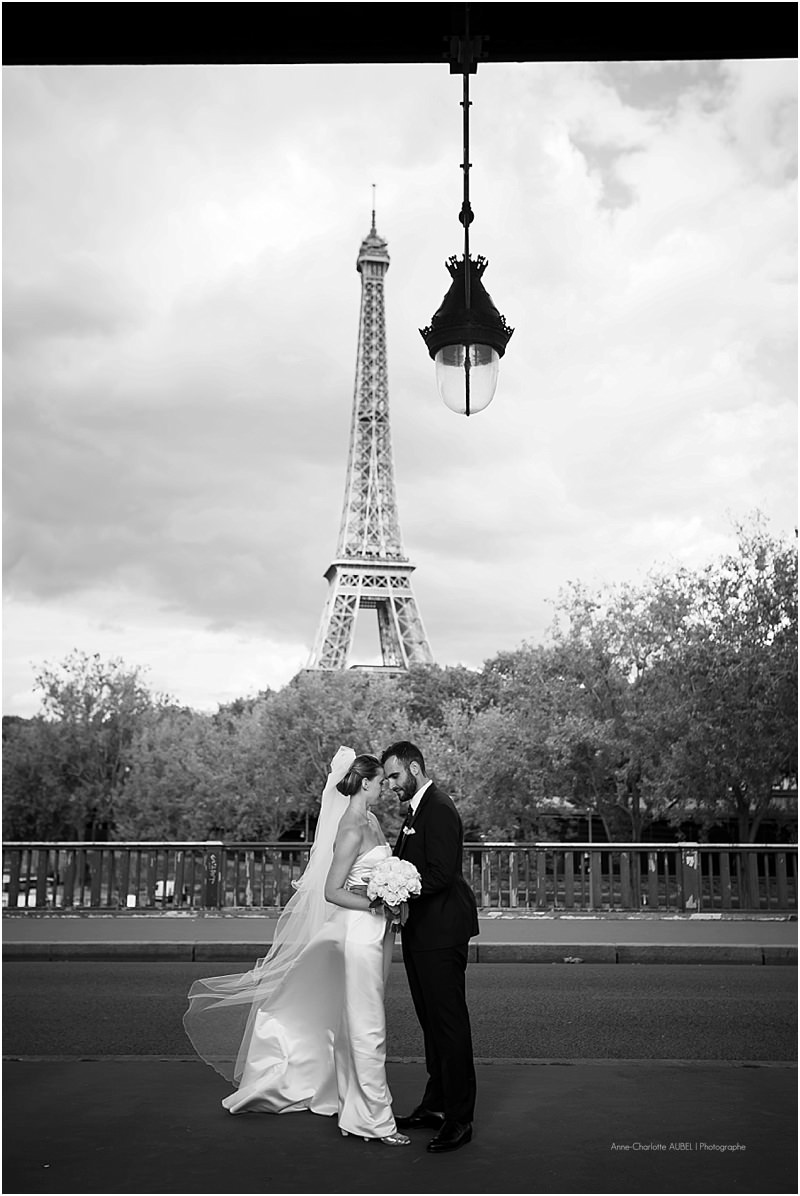 mariés devant la tour Eiffel